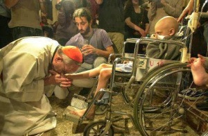 Pope-Francis-kisses-the-feet-of-a-child